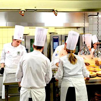 Jugendnationalmannschaft und Nationalmannschaft arbeiten in der Küche Hand in Hand. Foto: VKD