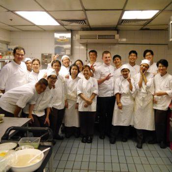 Im Nahm posiert das ganze Küchenteam fürs Gruppenfoto. Foto: privat