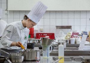 Anna Stocker arbeitet hoch konzentriert in der Wettbewerbsküche. Am Abend des 19. Mai 2019 wurde sie als Deutschlands beste Nachwuchsköchin 2019 gekürt. Foto: VKD/Sonja Kuhl