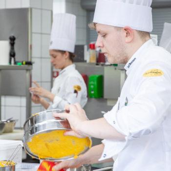 Axel Boesen bereitet Kichererbsenpüree zu. Foto: VKD