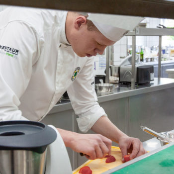 Jan Schwarberg bei der Zubereitung seines Desserts. Foto: VKD