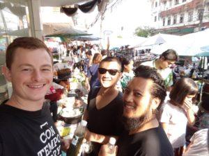 Einkaufen auf dem Markt mit Teammitgliedern des Samuay & Sons. Foto: privat