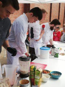 Vielleicht weckten die Koch-Azubis bei dem ein oder anderen Schüler sogar das Interesse am Koch-Beruf. Foto: Verein der Köche Westküste e.V.