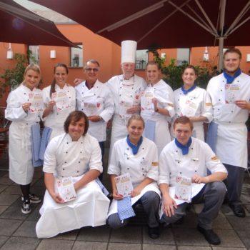 Gruppenfoto mit dem Ehrenvorsitzenden Klaus Huber (mit Kochmütze). Foto: Club der Köche Ratisbona e.V.