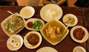 Lunch Bei Aunty Aini mit ihrem Signature Dish Fischkopfsuppe. Foto: Privat