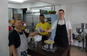 Mit Oreo Milkshakes bedankte sich Bruno bei seinen Kollegen im Aunty Aini. Foto: Privat