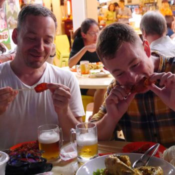 Bruno beim Chilli Crab Esssen. Foto: Priva