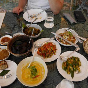 Voller Tisch beim Mittagessen im 1-Sterne-Restaurant. Foto: Privat