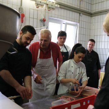 In Kochs Fleischerei durften die Azubis eigene Wurst herstellen. Foto: Koch Club Kassel e. V.
