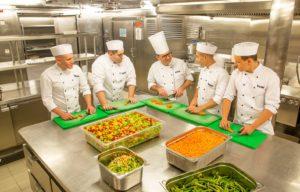 Die ersten Koch-Azubis auf der Mein Schiff 4. Foto: TUI Cruises