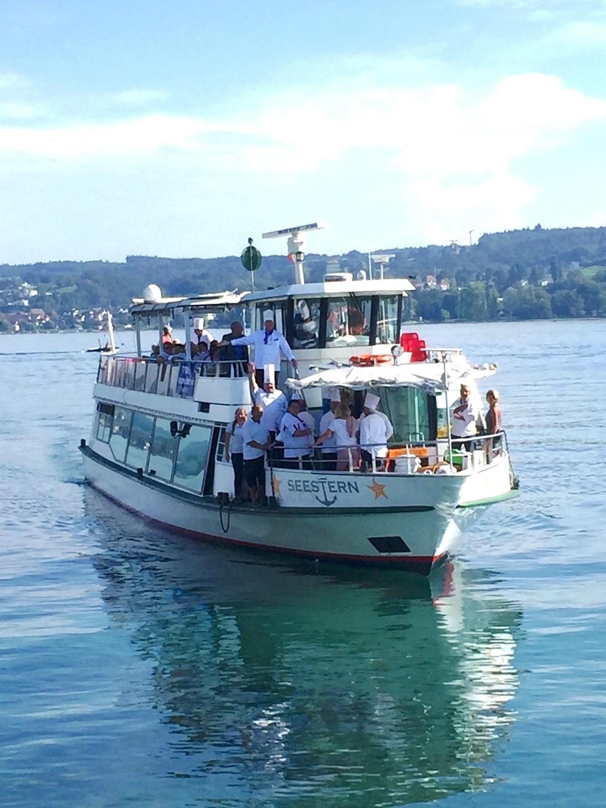 """Alle Mann an Bord: die BKV-Köche auf """"ihrem"""" See. Foto: Bodensee-Kochverein Club der Köche e. V"""