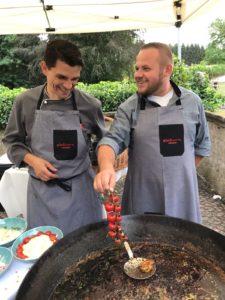 Das Catering schafft Christian Haferkorn (rechts) Vielseitigkeit im Beruf. Foto: Andreas Herz