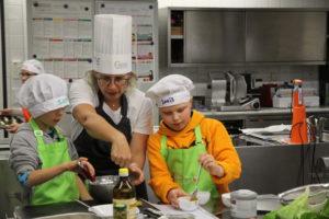 Mit der Unterstützung von Profis bereiteten die Kinder eigene Gerichte zu. Foto: VKD