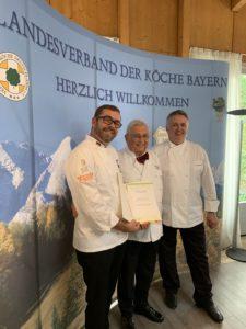 VKD-Vizepräsident Daniel Schade (links) und Landesverbandsvorsitzender Siegfried Arlt (rechts) ehren Siegfried Schaber. Foto: Landesverband der Köche Bayern