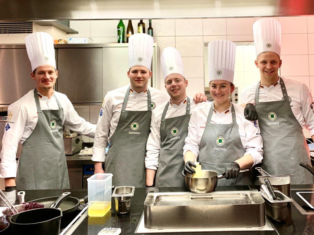Das Junior-Team der deutschen Köche-Nationalmannschaften bereitet sich seit Monaten auf die IKA/Olympiade der Köche vor. Beim Training immer dabei, aber gerade nicht im Bild ist Anne Zaczyk. Foto: VKD