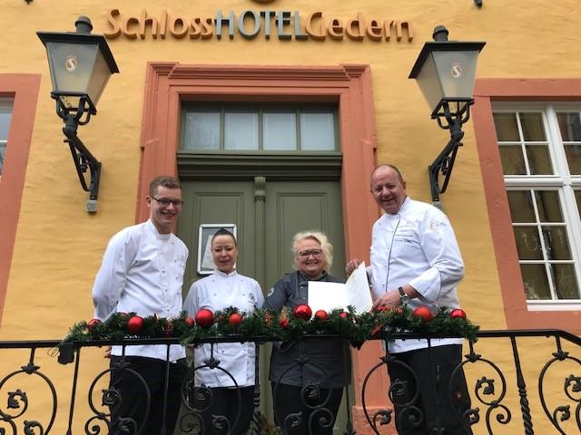 Hubertus Schulz (rechts) ist stolz, sein Schlosshotel einen qualifizierten Ausbildungsbetrieb nennen zu können. Foto: Schlosshotel Gedern.