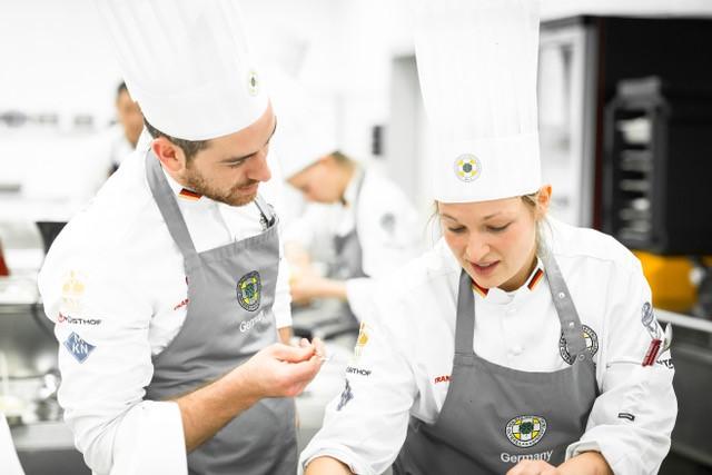 """Das Miteinander von Köchinnen und Köchen (Foto von 2019) zählt jetzt """"mit Abstand"""" mehr denn je. Der VKD gibt seinen Mitgliedern eine Stimme. Foto: VKD/Sascha Walz"""