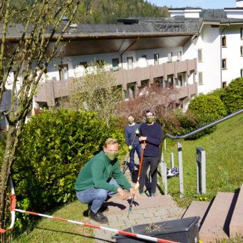 Die Kochazubis des Hotels Traube Tonbach haben während der Betriebsschließung unter anderem im Garten ausgeholfen. Foto: Traube Tonbach