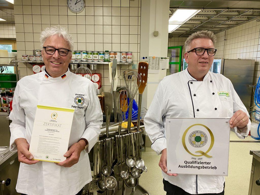 """Für den Trierer Ausbilder Ulrich Kühn (rechts) ist das Siegel die """"Kirsche auf der Sahne"""". Foto: Studierendenwerk Trier"""