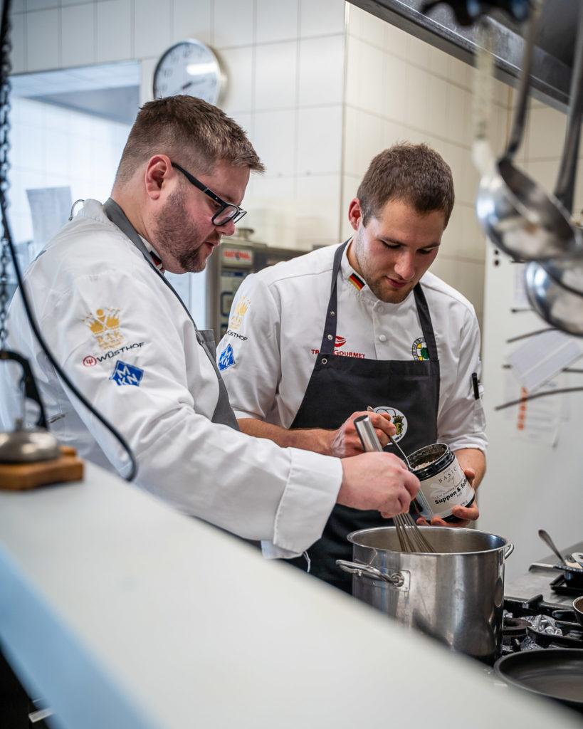 Zwei Chemnitzer Köche in Aktion: Paul Emde (links) und Thoralf Poppitz in der Küche der Sportgaststätte Leukersdorf. Foto: VKD/Leifstroemphotography