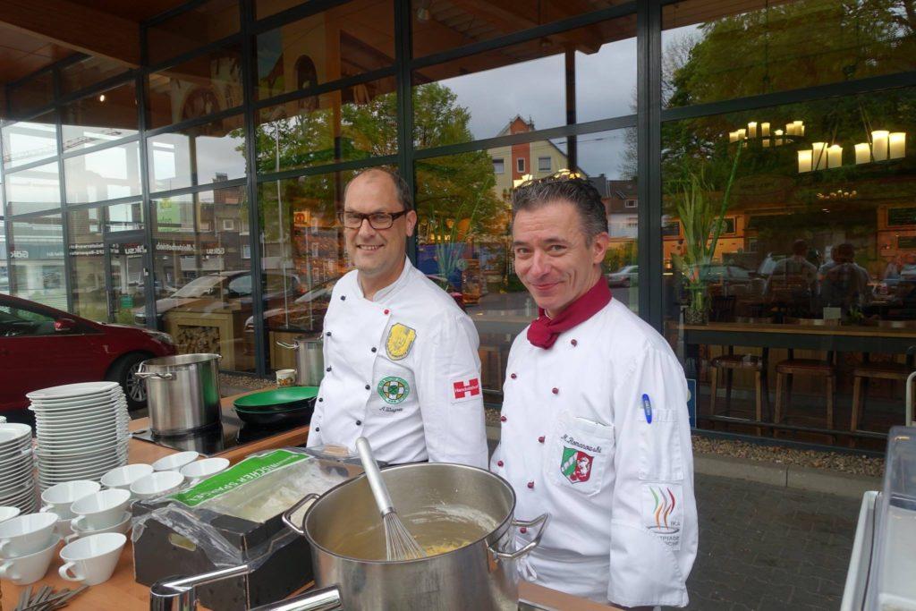 Für andere kochen: Alexander Wagner und Mario Romanowski bei einer Spargelaktion.