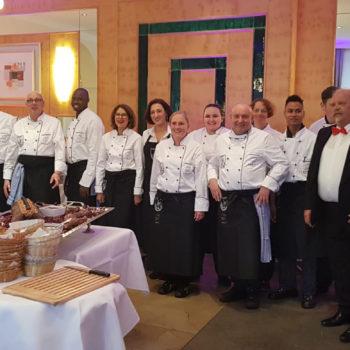 Das Team dahinter: Der Vorsitzende Robert Müller (3. V. l.) mit den Akteuren aus der Küche.