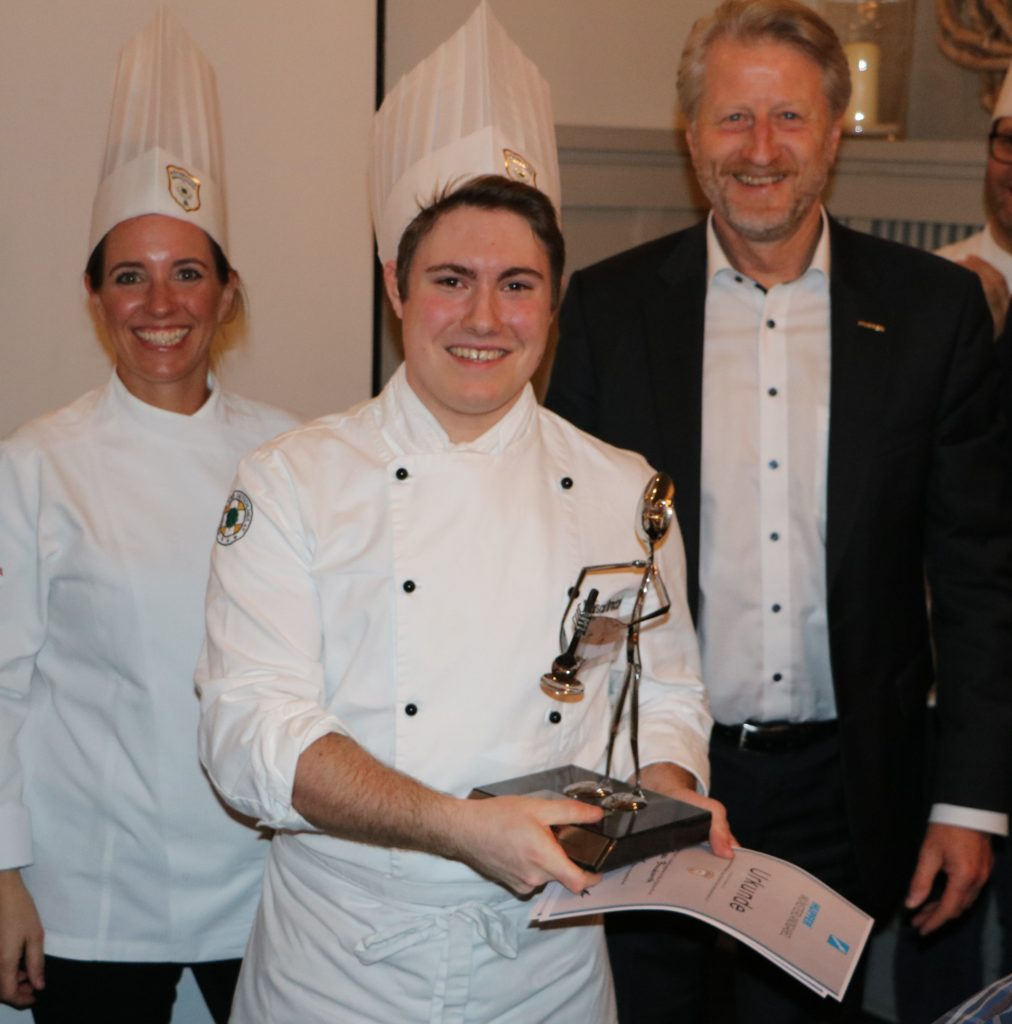 Strahlender Sieger der Hupfer Münsterlandgabel 2020: Pascal Brinckwirth vom Gasthof Driland Gronau. Fotos: Köcheclub Münsterland