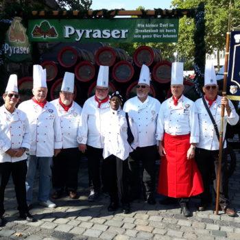 Bei Umzügen, wie hier in der Altstadt von Nürnberg, sind die Köche gern dabei.