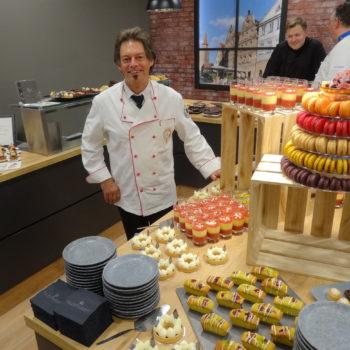 Das Dessertbuffet von Vereinsmitglied Jens Brockerhof, Geschäftsführer der Firma El Paradiso (im Bild Gerhard Schröder).