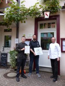 Landesverbandssitzender Baden-Württemberg, Konrad Hurter (rechts) begrüßt das Restaurant Café Hirsch im Kreis der Qualifizierten Ausbildungsbetriebe. Foto: Restaurant Café Hirsch