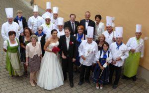 Vereinsmitglieder gratulieren mit einer Delegation dem Küchenmeister Josef Meyer zur Hochzeit. Foto: Club der Köche Donau-Ries