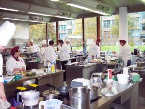 Lehrküche im Einsatz: konzentrierte Prüflinge in Aktion. Foto: Susanna-Eger-Schule