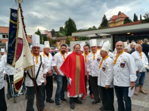 Oberallgäuer Fahnenabordnung mit Pfarrer Rainer- Maria Schießler zum Laurentiustag. Foto: Wolfgang Klus