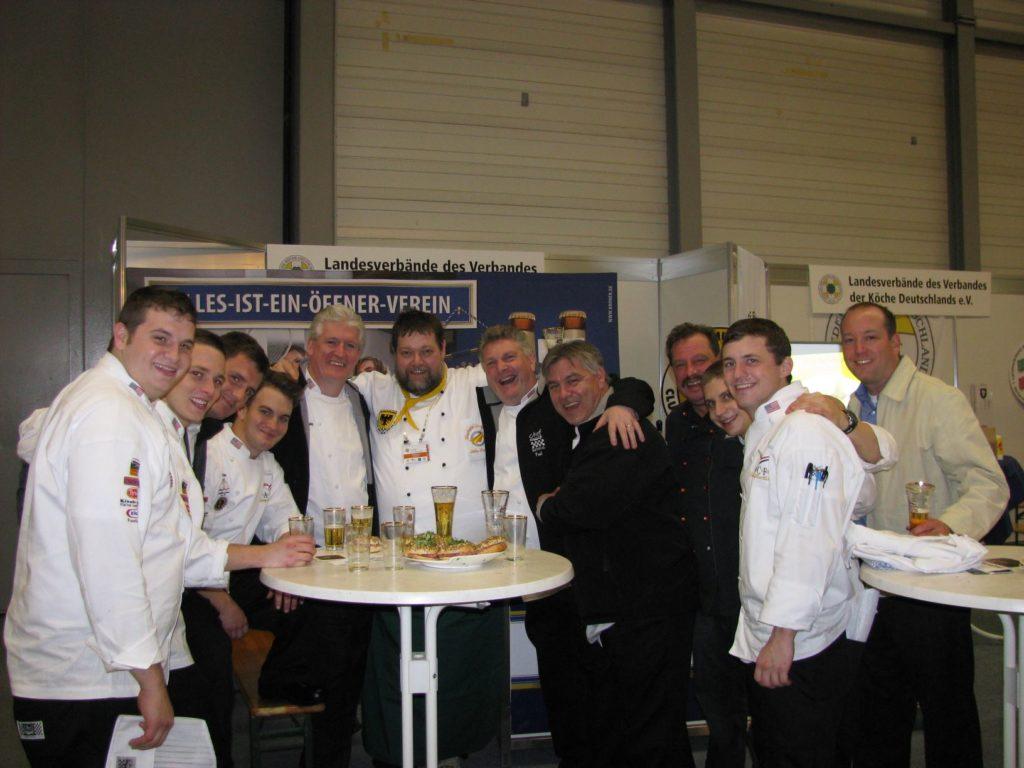 Ein Bild aus vergangenen Zeiten: Zusammenhalt beweisen die Dortmunder Köche bei Wettbewerben und auf Messen.