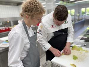 Mit dem Blick fürs Detail: Trainer Paul Emde mit Helen Leutritz.