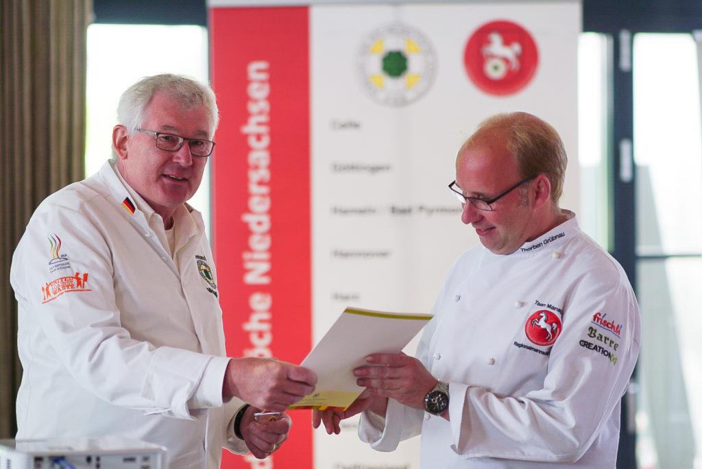 Michael Klutt (links) und Thorben Grübnau wurden für ihr Engagement geehrt. Foto: Michael Klein
