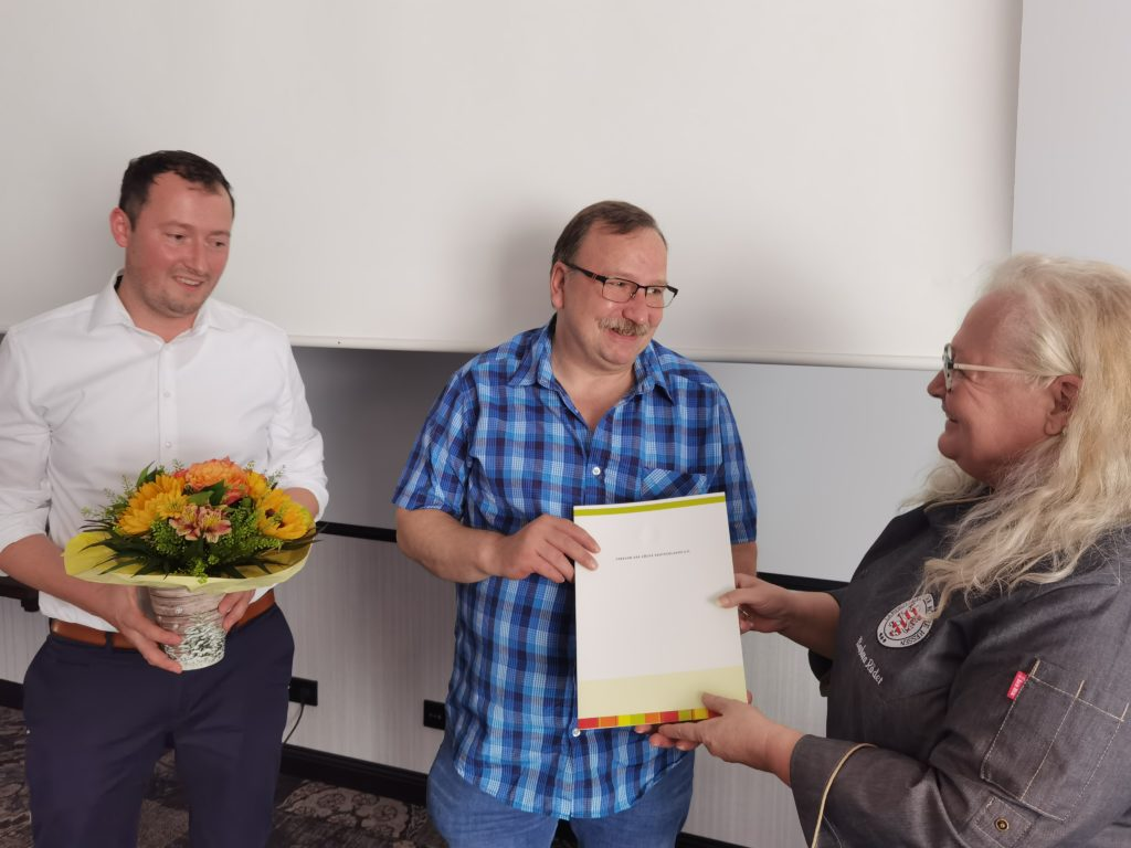 Uwe Horlitz (Mitte) wird von Barbara Röder und Hans-Peter Achenbach für sein Engagement geehrt. Foto: Landesverband Hessen