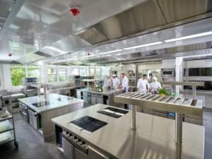 Induktionsherd, Backofen, Kühlschubladen: Die vier identischen Blöcke in der Küche sind alle gleich ausgestattet. Foto: Berufsbildende Schulen III Lüneburg