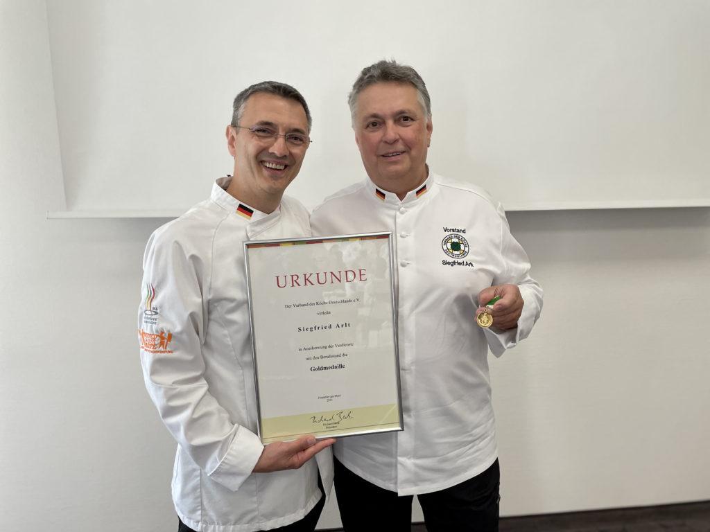 Der Vorsitzende des Landesverbands Bayern Siegfried Arlt wurde mit der Goldmedaille des VKD ausgezeichnet. Foto: VKD
