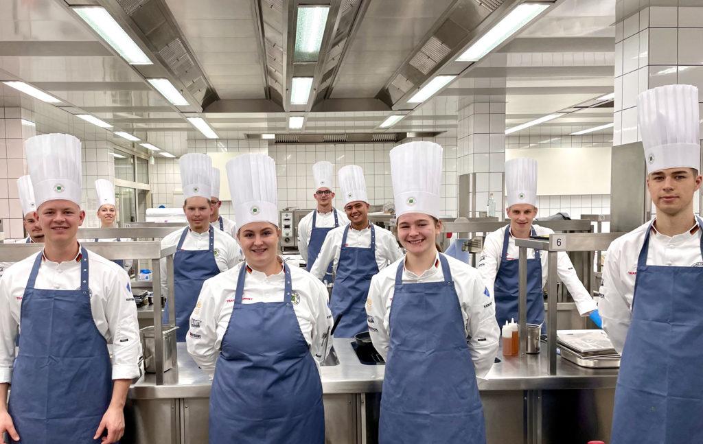 Team im Training: Einige Mitglieder der Köchenationalmannschaft in der Schulungsküche der IB Hotel Friedberger Warte Foto: VKD