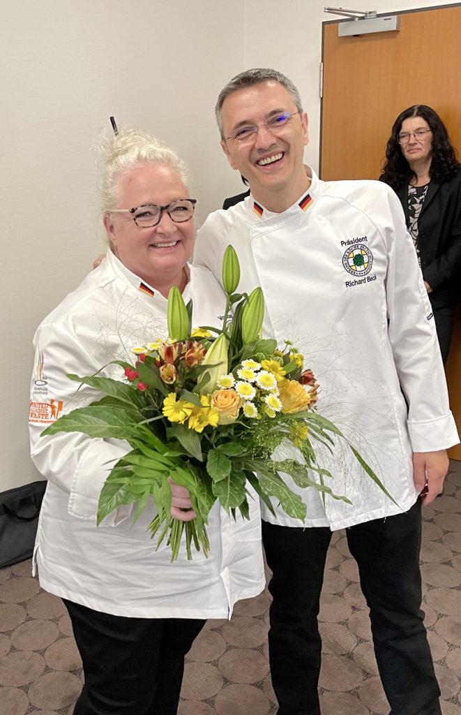 Danke schön an die Moderatorin der MV: Blumen für Barbara Röder, Vorsitzende des Landesverbands Hessen. Foto: VKD