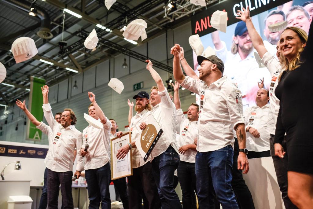 """Das """"Siegertreppchen"""" vom Koch des Jahres 2021, Foto: Erik Witsoe"""